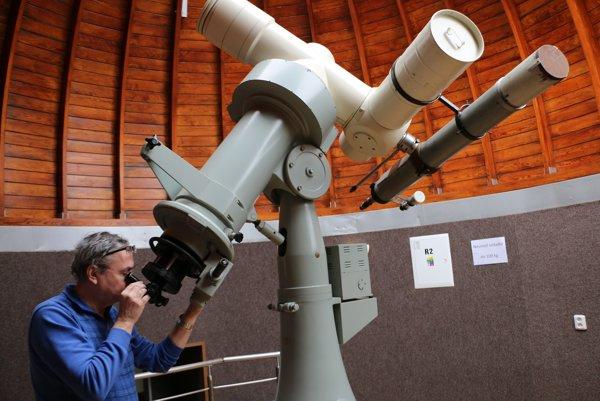 Astronóm Zdeněk Komárek sďalekohľadom.