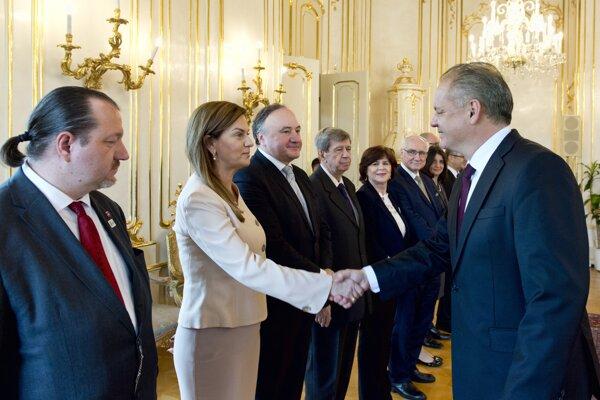 Prezident SR Andrej Kiska (vpravo) počas prijatia skupiny slovenských europoslancov v Bratislave.