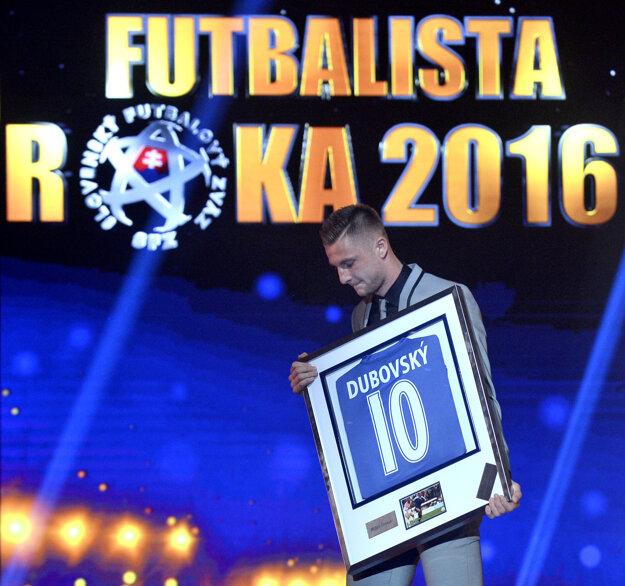 Milan Škriniar s ocenením pre najlepšieho mladého slovenského futbalistu za rok 2016.