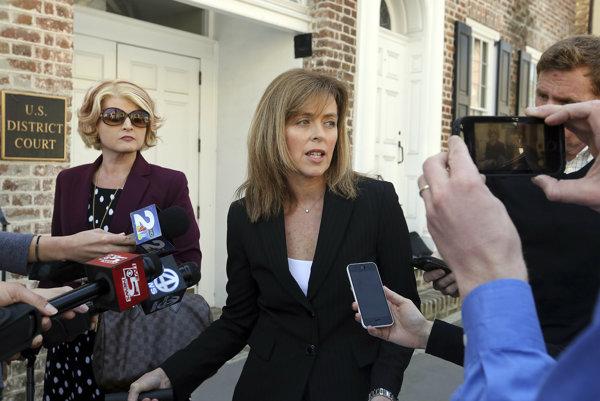 Právnička Joeya Meeka Deborah Barbierová pred novinármi po vynesení rozsudku.