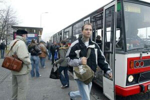 Časť cestujúcich autobusovej doprave zobrali súkromníci.