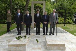 Prezident Kiska je na prvej zahraničnej ceste v MaďarskuPrezident SR Andrej Kiska (prvý zľava) na spomienkovej slávnosti pri Národnom pamätníku na Keresztúrskom novom verejnom cintoríne v Budapešti. Na snímke zľava ďalej prezident Poľskej republiky Bronislaw Komorowsky, prezident Maďarska János Áder, prezident Spolkovej republiky Nemecko Joachim Gauck a prezident českej republiky Miloš Zeman.