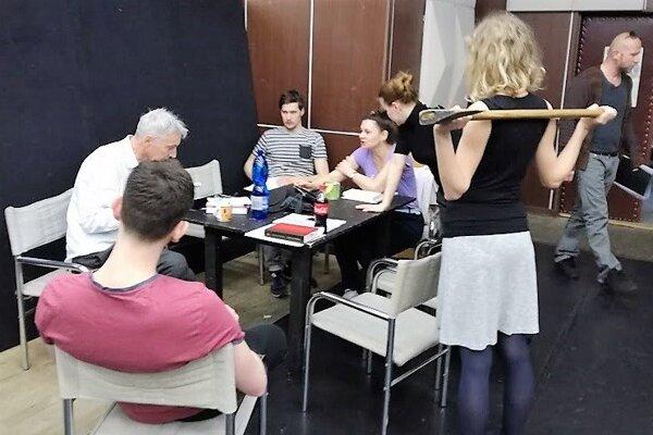 Záber zo skúšky hry Žltým včelám žlté slzy s režisérom Janem zPřítmí (vľavo).