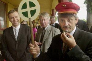 Mikuláš Dzurinda bol pôvodne železničiar. V roku 1976 začínal ako výpravca na stanici v Kežmarku.