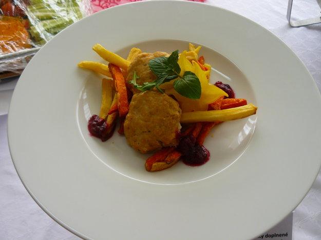 Hydinové placky so zeleninovými hranolčekmi. Aj takúto dobrotu jedávajú deti v školských jedálňach.
