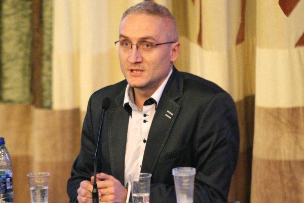 """""""My, kluboví funkcionári, sa musím stretnúť aspoň dvakrát do roka, aby sme si vymenili poznatky a zvolili ďalšiu stratégiu. Bez toho sa futbal v náš prospech nikdy nepohne,"""" hovorí Róbert Šuník, šéf FK Baník Horná Nitra."""