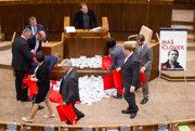 Kvôli kauze Bašternák sa v parlamente niekoľkokrát pokúsili odvolať ministra vnútra Roberta Kaliňáka.
