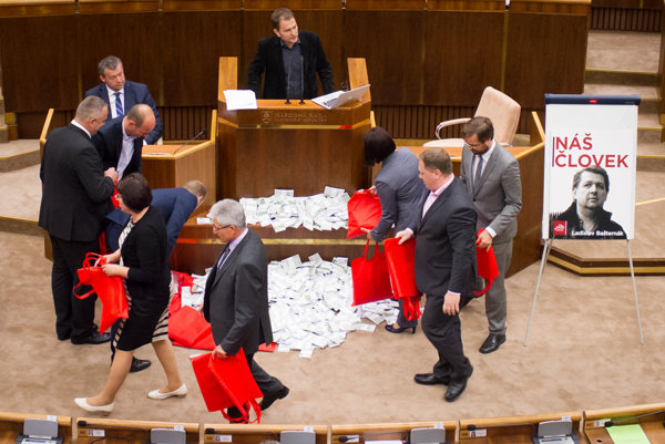 Opozícia poukazovala na absurdnosť kauzy tým že dvanásť miliónov eur v hotovosti by znamenalo tri kufríky päťstoeurových bankoviek alebo dvanásť kufríkov so stoeurovými bankovkami.