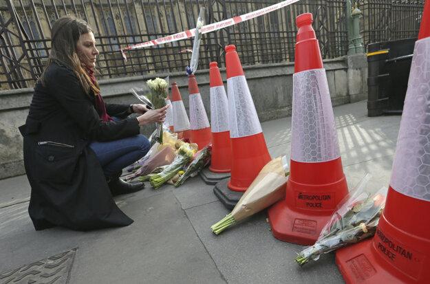 Na miesto útoku nosili Briti kvety.
