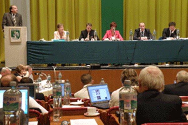 Poslankyňa Dadíková upozornila na údajné neetické správanie prednostu počas rokovania zastupiteľstva.