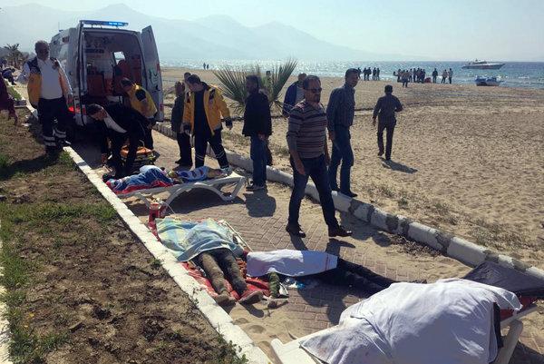 Telá vylovené z vody. Španielski aktivisti sa obávajú, že v Egejskom mori mohli zahynúť stovky ľudí.