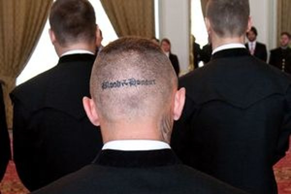Za nápis na hlave sa o záchranára zaujíma polícia.