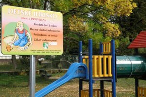 Nové tabule na detských ihriskách upozorňujú ľudí, ako sa majú na nich správať.