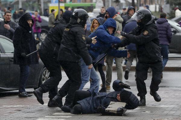Zatýkanie na proteste v Bielorusku.