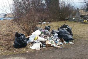 Pri cintoríne sa začali hromadiť smeti.