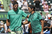Juan Martín del Potro (vľavo) gratuluje Rogerovi Federerovi k víťazstvu.