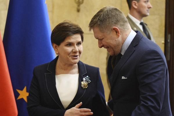 Slovenský premiér Robert Fico a poľská premiérka Beata Szydlová sa rozprávajú na summite zoskupenia V4 vo Varšave 28. marca 2017.