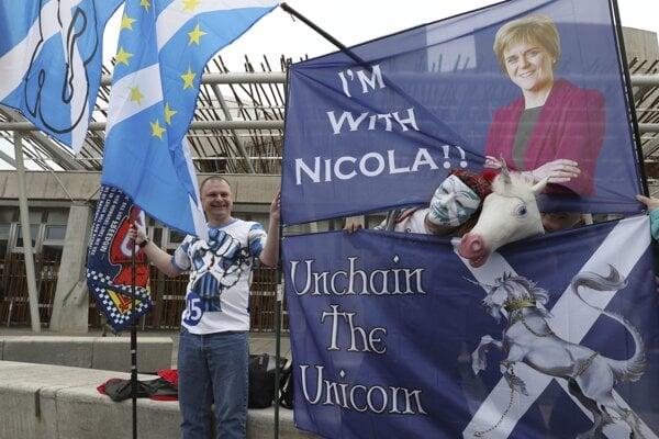 Podporovateľ škótskej nezávislosti pred budovou parlamentu.