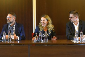 Autor seriálu Andy Krasu, herečka Diana Mórová a riaditeľ Joj Group MArcel Grega pri uvedení novej série seriálu Panelák.