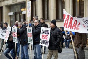 Ľudia prišli na rokovanie mestského zastupiteľstva protestovať proti zákazu hazardu, ale aj zaň.