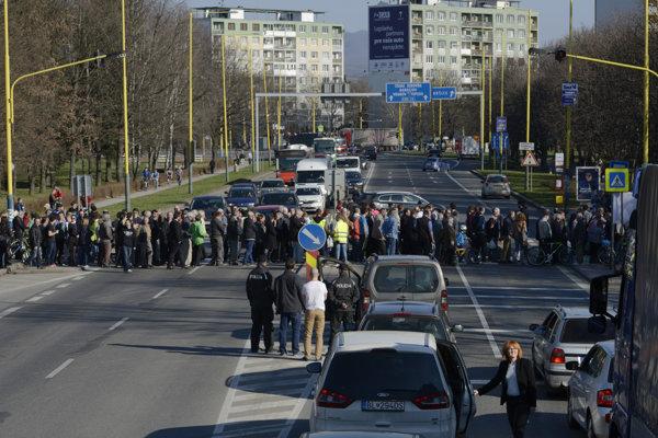 Pohľad z Levočskej ulice pri spoločnej zastávke MHD a SAD.