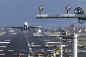 Lietadlo Embraer 145 leteckej spoločnosti People's Viennaline štartuje z letiska v nemeckom Friedrichshafene.