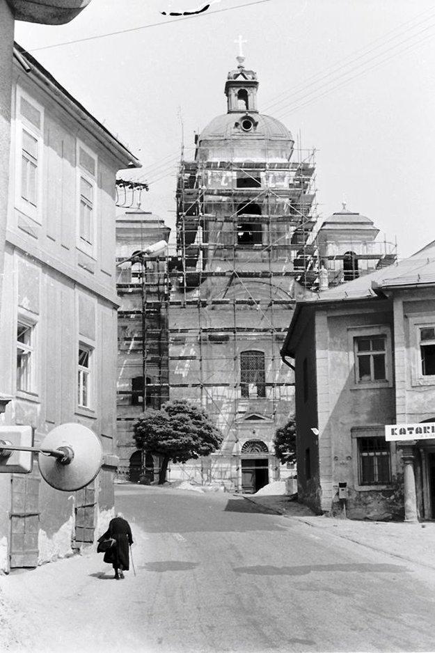 Kostol Nanebovzatia Panny Mária pod lešením.