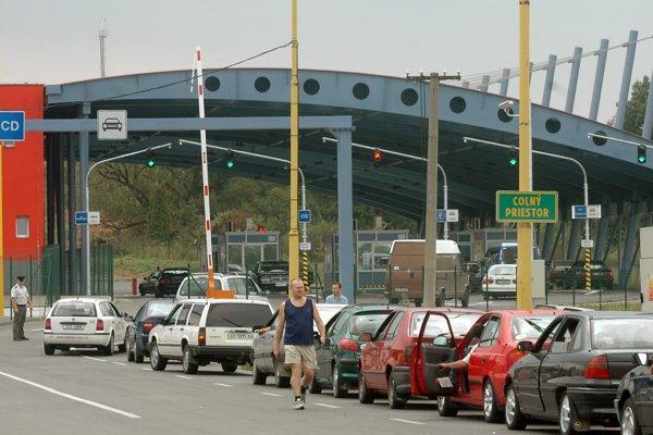 Hraničný priechod. Množstvo áut denne prechádza obcou Vyšné Nemecké.