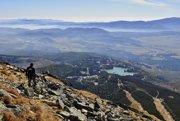 Na vrchole Predného Soliska. Turista obdivuje výhľad na Štrbské pleso a Podtatranskú kotlinu.