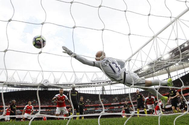 Brankár Manchesteru City Willy Caballero dostáva vyrovnávajúci gól na 2:2.
