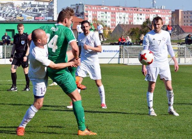 Veľký Meder prehral sKomárnom 1:2. Na snímke vidno strelcov všetkých troch gólov – vzelenom domáci Pisár, vbielom zľava V. Kosťukevič, Obert aČtvrtníček.