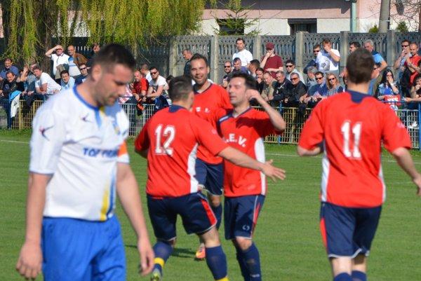 Skóre nedeľného zápasu otvoril Marián Grznár, na jeseň ešte hráč Hrušovian.