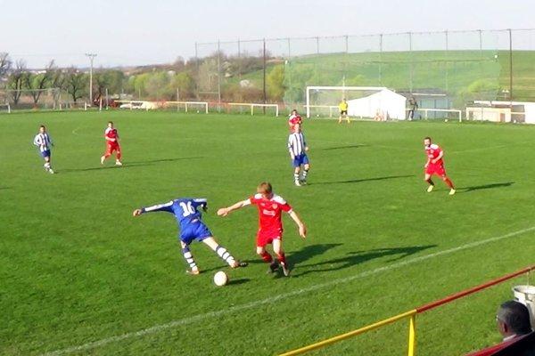 Báb (v červenom) porazil Veľké Bedzany 4:0. V popredí Jozef Švihorík.
