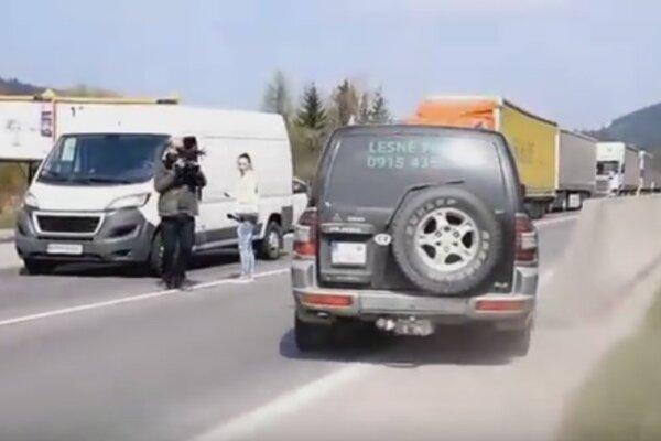 Vodič automobilu agresívnym spôsobom zvolil otočenie pred protestujúcimi.