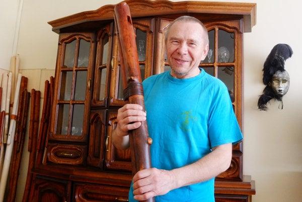 Daniel Homola s hrčavou fujarou v ruke.