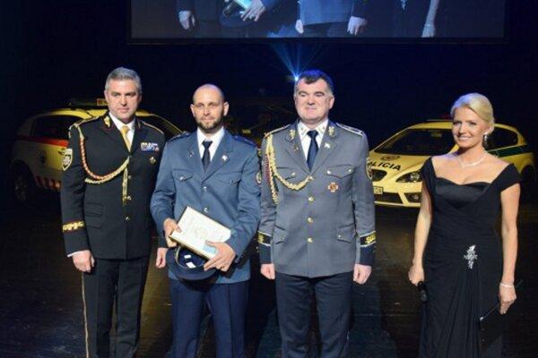 Róbert Rötling (druhý zľava)si prevzal ocenenie v Slovenskom národnom divadle.