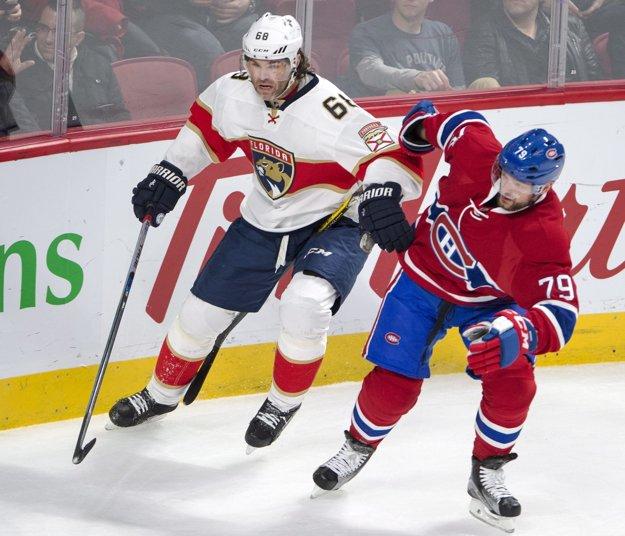 Jaromír Jágr (vľavo) sa snaží predrať cez obrancu Montrealu Andreja Markova.