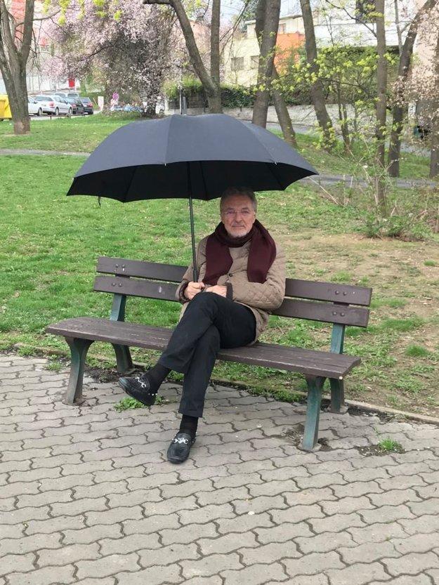 Karel Gott. Neúnavného Karla Gotta prinútila choroba trochu poľaviť a viac si vychutnávať krásy života. Stále však rozmýšľa nad novými projektmi a ako prezradil fanúšikom, na tejto lavičke sa vraj rodia najlepšie nápady. A to v každom počasí.