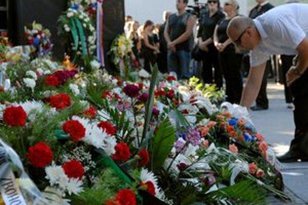 Ľudia sa s obeťami rozlúčili na Námestí baníkov.