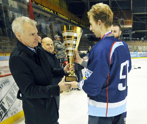 Dávid König preberá víťazný pohár z rúk Róberta Pukaloviča zo SZĽH.