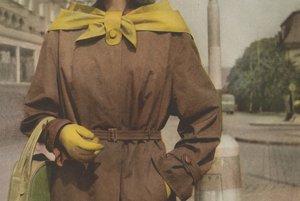 Vychádzkový plášť z bavlneného ripsu na titulke časopisu Móda – textil z roku 1955.