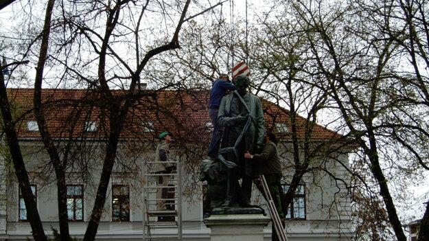 Demontovanie sochy.