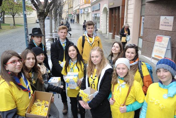 Členovia 93. prístavu vodných skautov a skautiek Tortuga z Trenčína pomáhali so zbierkou v centre mesta.