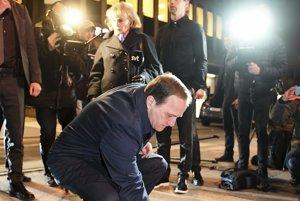 Švédsky premiér Stefan Löfven na mieste útoku.