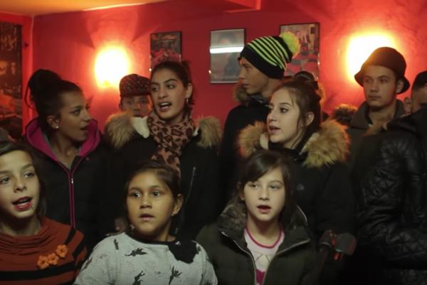 Deti z Podskalky pri spievaní svojho hitu.