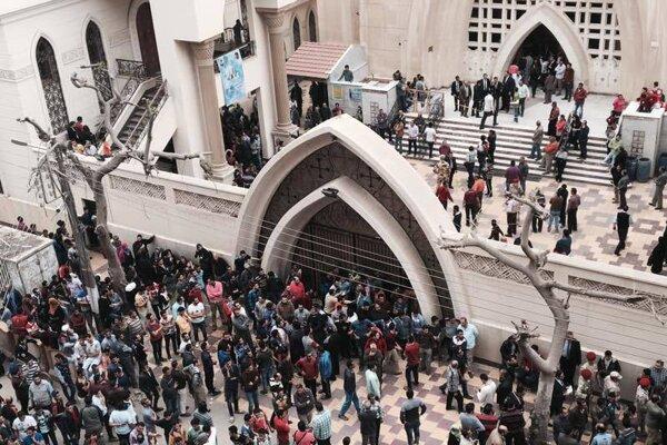 Ľudia sa zbiehajú okolo kostola, kde sa udial prvý z dvoch útokov.