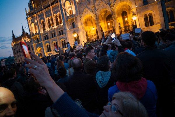 Budapešťania protestujú pred budovou parlamentu.