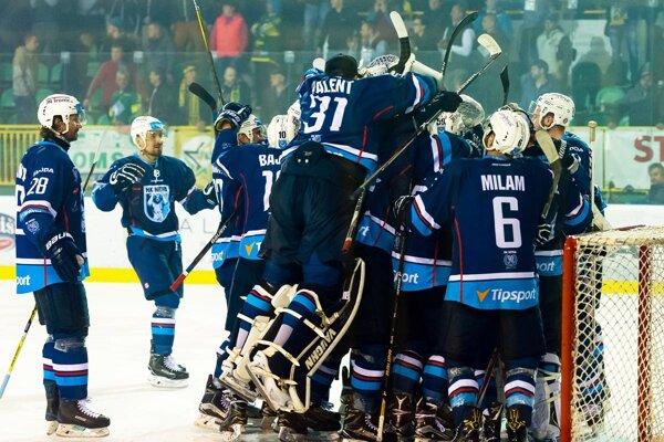 Hokejisti Nitry sa z postupu do finále radovali v sobotu na ľade Žiliny. V play-off zatiaľ vyhrali všetkých osem zápasov.