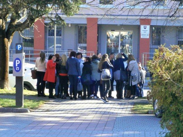 ľudia opustili budovu Okresného súdu v Námestove a čakajú na výsledok prehliadky.