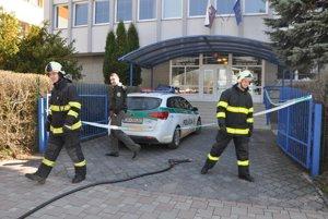 Do budovy okresného súdu v Dolnom Kubíne sa nedostanete. Stráži ju polícia s hasičmi.